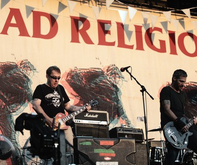 """Late Night With Jimmy Fallon: Bad Religion Performs """"True North"""" Song"""